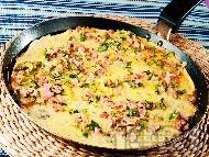 Рецепта Вкусен омлет с 2 яйца, шунка, сирене Ементал, праз лук, прясно мялко и зелени подправки